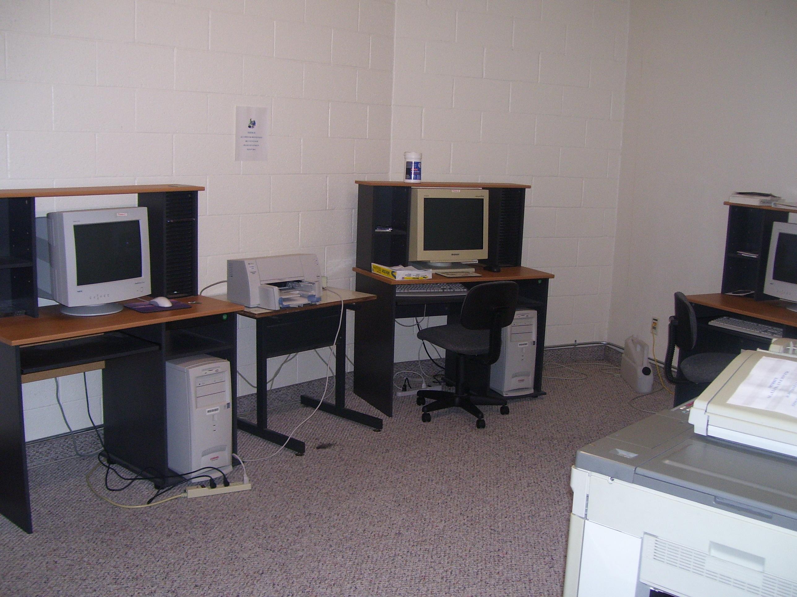 Cuarto de computadoras escuela de predicaci n de brown trail for Programa de cuarto